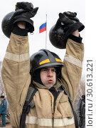 Купить «Сотрудник МЧС России поднимает две гири весом по 24 килограмма. Функциональное пожарно-спасательное многоборье», фото № 30613221, снято 19 апреля 2019 г. (c) А. А. Пирагис / Фотобанк Лори