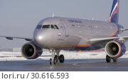 Купить «Aeroflot aircraft Airbus A320 on tarmac at the airport, winter view», видеоролик № 30616593, снято 1 февраля 2018 г. (c) Данил Руденко / Фотобанк Лори