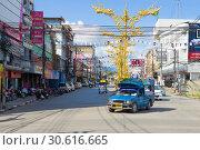 Купить «Синий сонтего на городской улице солнечным днем. Чианг Рай, Таиланд», фото № 30616665, снято 15 декабря 2018 г. (c) Виктор Карасев / Фотобанк Лори