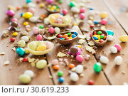 Купить «chocolate easter eggs and candy drops on table», фото № 30619233, снято 15 марта 2018 г. (c) Syda Productions / Фотобанк Лори
