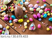 Купить «chocolate eggs and candy drops on wooden table», фото № 30619433, снято 22 марта 2018 г. (c) Syda Productions / Фотобанк Лори