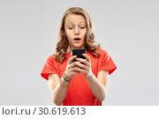 terrified teenage girl using smartphone. Стоковое фото, фотограф Syda Productions / Фотобанк Лори
