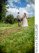 Just married couple walking through the park. Стоковое фото, фотограф sumners / easy Fotostock / Фотобанк Лори