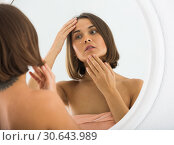 Woman using mirror. Стоковое фото, фотограф Яков Филимонов / Фотобанк Лори
