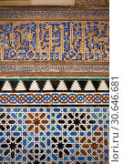Arabesque Zellighe tiles with Mudjar plasterwork of the Alcazar of Seville, Seville, Spain. Стоковое фото, фотограф Funkystock / age Fotostock / Фотобанк Лори