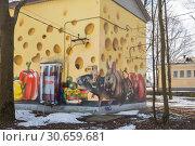 Забавное граффити на трансформаторной будке, Гатчина (2019 год). Редакционное фото, фотограф Юлия Бабкина / Фотобанк Лори