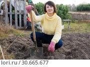 Купить «Female gardener standing with spade», фото № 30665677, снято 24 августа 2019 г. (c) Яков Филимонов / Фотобанк Лори
