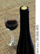 Купить «Бутылка и бокал красного вина», фото № 30666405, снято 25 ноября 2018 г. (c) Ed_Z / Фотобанк Лори