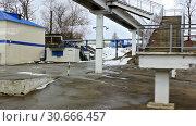 Купить «Поезд прибывает на маленькую станцию. Россия», видеоролик № 30666457, снято 27 апреля 2019 г. (c) Александр Романов / Фотобанк Лори
