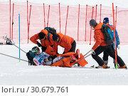 Купить «Спасатели Камчатского спасательного отряда эвакуируют пострадавшего (получившего травму) горнолыжника со склона горы на спасательных носилках во время Чемпионата России по горным лыжам», фото № 30679761, снято 28 марта 2019 г. (c) А. А. Пирагис / Фотобанк Лори