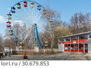Купить «Москва, площадка с аттракционами в Измайловском парке», эксклюзивное фото № 30679853, снято 21 апреля 2019 г. (c) Alexei Tavix / Фотобанк Лори
