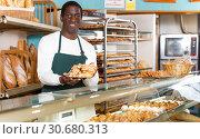 Купить «Baker presenting baked products», фото № 30680313, снято 12 ноября 2018 г. (c) Яков Филимонов / Фотобанк Лори