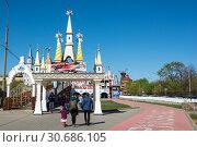 Купить «Москва, вход на верхний уровень Измайловского вернисажа», эксклюзивное фото № 30686105, снято 28 апреля 2019 г. (c) Alexei Tavix / Фотобанк Лори
