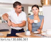 Купить «Husband pointing at wristwatch to wife drinking tea», фото № 30686361, снято 17 июля 2018 г. (c) Яков Филимонов / Фотобанк Лори