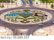 Abu Dhabi, UAE - March 30. 2019. Top view of a roundabout on the road. Редакционное фото, фотограф Володина Ольга / Фотобанк Лори