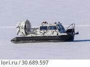 Купить «Судно на воздушной подушке на льду замерзшей реки», фото № 30689597, снято 22 февраля 2019 г. (c) Ekaterina M / Фотобанк Лори
