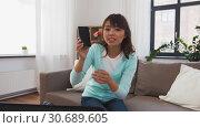 Купить «asian female blogger makes video review of gadgets», видеоролик № 30689605, снято 25 апреля 2019 г. (c) Syda Productions / Фотобанк Лори