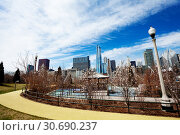 Path walk and Chicago skyline in Maggie Daley park (2018 год). Стоковое фото, фотограф Сергей Новиков / Фотобанк Лори