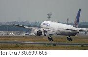 Купить «United Airlines Boeing 777 landing», видеоролик № 30699605, снято 20 июля 2017 г. (c) Игорь Жоров / Фотобанк Лори