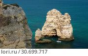 Купить «People on canoe near Camilo beach and limestone rocky sea coast, Portugal», видеоролик № 30699717, снято 30 марта 2019 г. (c) Serg Zastavkin / Фотобанк Лори