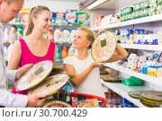 Cheerful customers choosing pepperoni. Стоковое фото, фотограф Яков Филимонов / Фотобанк Лори