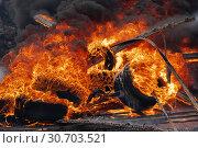 Сильный пожар, горят автомобильные шины, черный ядовитый дым в небе. Стоковое фото, фотограф А. А. Пирагис / Фотобанк Лори