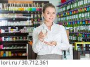 Купить «Saleswoman offering perfume», фото № 30712361, снято 24 апреля 2018 г. (c) Яков Филимонов / Фотобанк Лори