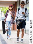 Купить «Teenage friends carrying skateboards in the city», фото № 30712469, снято 21 февраля 2020 г. (c) Яков Филимонов / Фотобанк Лори