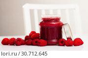 Купить «Raspberry jam and fresh raspberries», фото № 30712645, снято 22 августа 2019 г. (c) Яков Филимонов / Фотобанк Лори