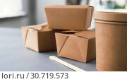 Купить «disposable paper containers for takeaway food», видеоролик № 30719573, снято 5 мая 2019 г. (c) Syda Productions / Фотобанк Лори