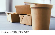 Купить «disposable paper containers for takeaway food», видеоролик № 30719581, снято 5 мая 2019 г. (c) Syda Productions / Фотобанк Лори