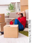 Купить «Young male contractor with boxes working indoors», фото № 30723789, снято 12 ноября 2018 г. (c) Elnur / Фотобанк Лори