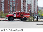 Купить «Tyumen, Russia, on May 8, 2019: Fire truck. A water intake from the water system.», фото № 30725621, снято 8 мая 2019 г. (c) Землянникова Вероника / Фотобанк Лори