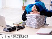Купить «Female employee in hijab working in the office», фото № 30725965, снято 20 февраля 2019 г. (c) Elnur / Фотобанк Лори