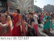 Купить «Москва, парад сторонников культа Кришны с шествием на улице Кузнецкий мост в праздник Дня Победы», эксклюзивное фото № 30727637, снято 9 мая 2019 г. (c) Дмитрий Неумоин / Фотобанк Лори