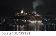 Купить «Expedition Cruise Liner Norwegian Jewel reverse sailing Sea Port at dark night», видеоролик № 30730121, снято 9 мая 2019 г. (c) А. А. Пирагис / Фотобанк Лори