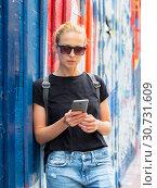 Купить «Woman using smartphone against colorful graffiti wall in New York city, USA.», фото № 30731609, снято 4 апреля 2020 г. (c) Matej Kastelic / Фотобанк Лори
