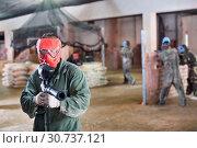 Купить «Player in red mask in paintball club», фото № 30737121, снято 10 июля 2017 г. (c) Яков Филимонов / Фотобанк Лори