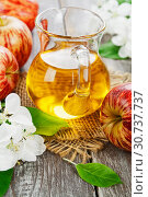 Купить «Яблочный сок в кувшине на столе», фото № 30737737, снято 12 мая 2019 г. (c) Надежда Мишкова / Фотобанк Лори
