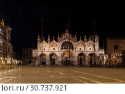 Купить «Venice, St Mark's Cathedral (Basilica di San Marco) at night, Italy», фото № 30737921, снято 18 апреля 2017 г. (c) Наталья Волкова / Фотобанк Лори