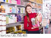 Купить «purchaser is standing with purchases for hair», фото № 30755401, снято 22 марта 2018 г. (c) Яков Филимонов / Фотобанк Лори