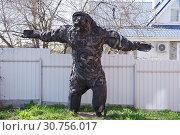 Купить «Медведь-монстр, сделанный из старых автомобильных шин. Скульптура в Переславле-Залесском», эксклюзивное фото № 30756017, снято 4 мая 2019 г. (c) Илюхина Наталья / Фотобанк Лори