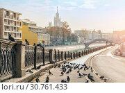 Купить «Набережная Обводного канала и голуби. Quay Obvodnoy Canal in Moscow», фото № 30761433, снято 21 апреля 2019 г. (c) Baturina Yuliya / Фотобанк Лори