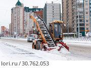 Купить «Лаповый снегопогрузчик на проспекте Косыгина. Санкт-Петербург», эксклюзивное фото № 30762053, снято 3 марта 2019 г. (c) Александр Щепин / Фотобанк Лори