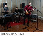 Купить «Emotional guy with guitar rehearsing», фото № 30791321, снято 26 октября 2018 г. (c) Яков Филимонов / Фотобанк Лори