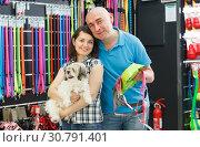 Купить «couple with dog looking bowl and collar», фото № 30791401, снято 7 мая 2018 г. (c) Яков Филимонов / Фотобанк Лори