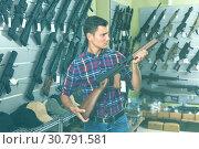 Купить «Male is choosing air-powered gun», фото № 30791581, снято 4 июля 2017 г. (c) Яков Филимонов / Фотобанк Лори