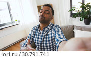 Купить «indian male blogger recording video blog at home», видеоролик № 30791741, снято 27 апреля 2019 г. (c) Syda Productions / Фотобанк Лори
