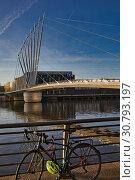 ITV studios, media city footbridge, Salford Quays, England. Стоковое фото, фотограф HelloWorld Images / age Fotostock / Фотобанк Лори