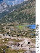 Купить «Туристы идут по горной тропе пешеходного маршрута к природной достопримечательности Язык Тролля (Trolltunga). Норвегия», фото № 30802089, снято 6 июля 2018 г. (c) Кекяляйнен Андрей / Фотобанк Лори